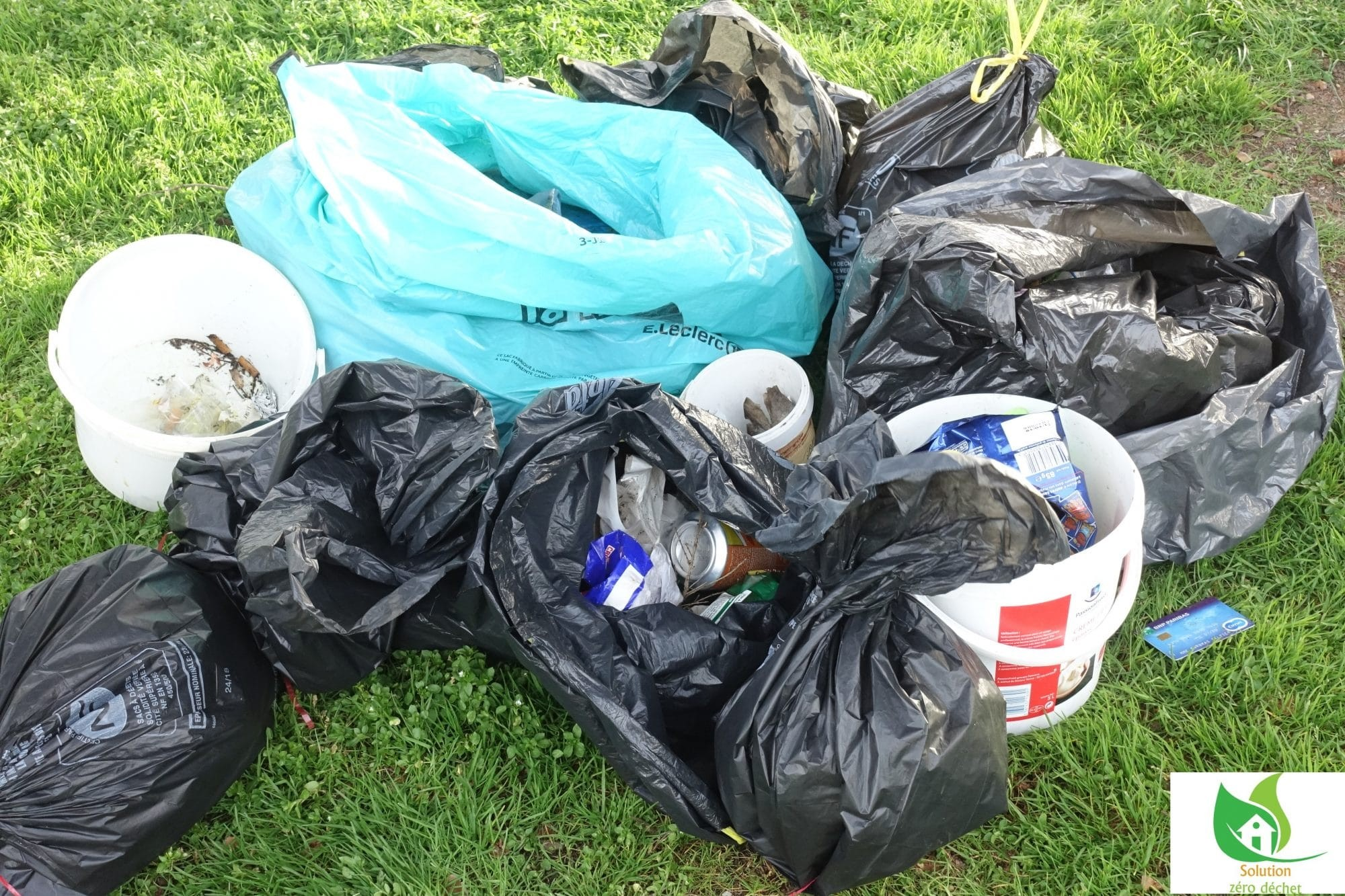 sacs poubelles des déchets ramassés au Parc de la Deniserie à Chalonnes sur Loire